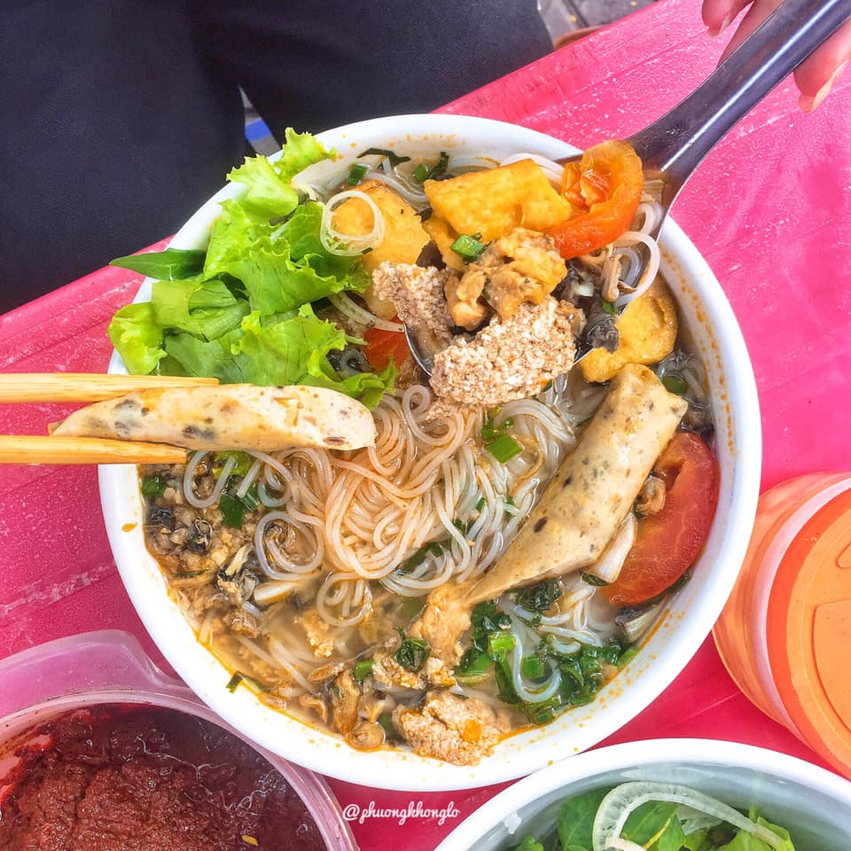 A bowl of mixed snail noodles costs 30,000 VND.  Photo: @phuongkhonglo